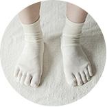 1.吸水性と保湿性に富み、老廃物を排出する効果が高いといわれるシルクの5本指靴下を履きます。
