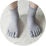 2.コットンやウールの5本指靴下を履きます。