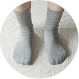 3.シルクの先丸靴下を履きます。