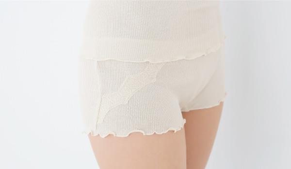 直接肌に触れるものだから、人の肌にやさしいシルクを。