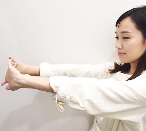 3.両手を組んで肘を伸ばして反らせます