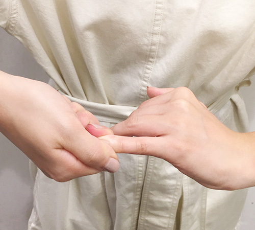 4.両手の指を1本ずつ、付け根から指先までほぐしていきます