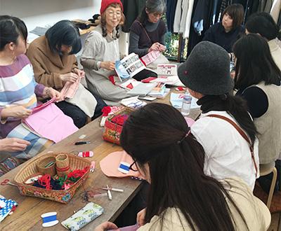 お話しされる早川さんの声に耳を傾けながらちくちく一針ずつ布を縫い合わせていきました