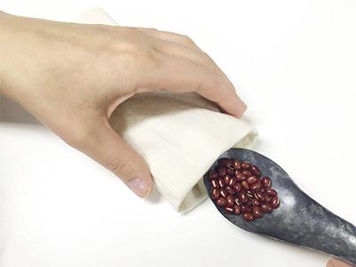 布を表に返して、袋状になっている内側にあずきを入れます。