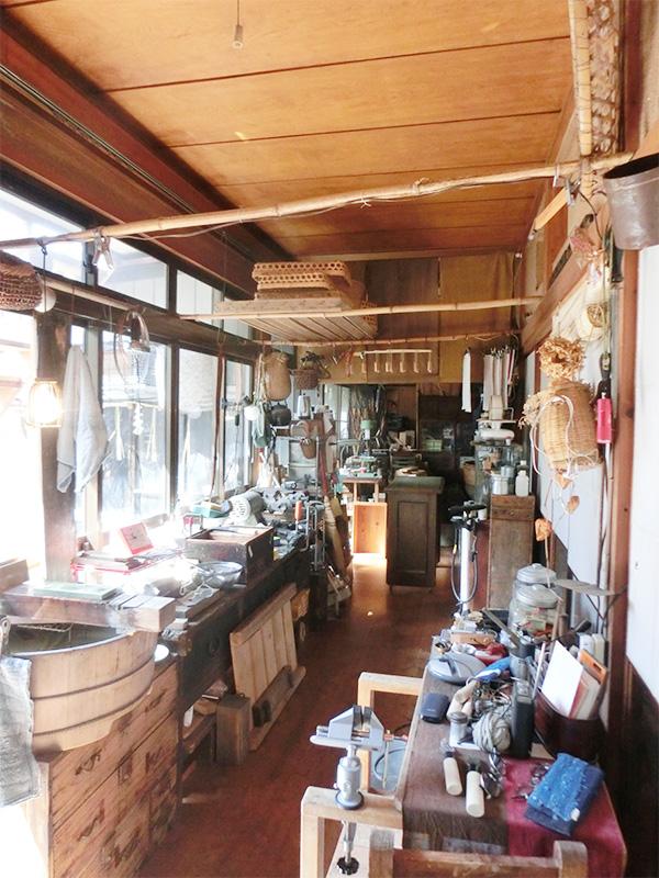 玄関先から奥の和室まで道具がたくさん並んでいました