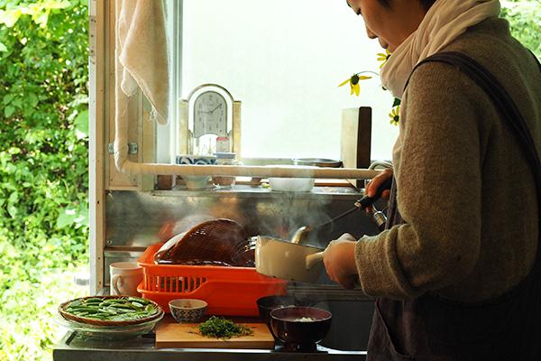 具だくさんのお味噌汁、納豆、天然鮭